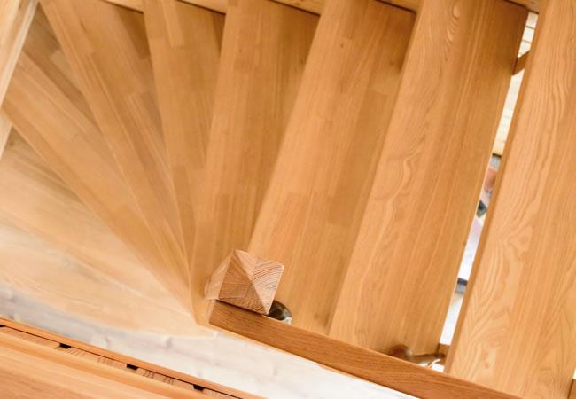 Houten trappen prijs soorten hout voor en nadelen foto 39 s for Houten trap behandelen