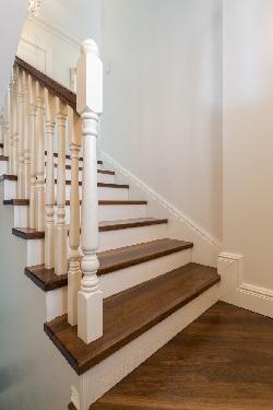 een cottage trap heeft een specifieke rustieke stijl maar je kan er toch verschillende variaties in aanbrengen de leuning is daar n van